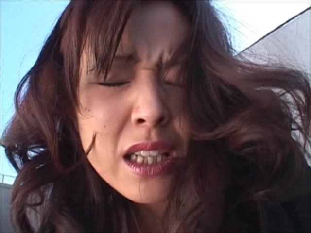 【聖水!】 お局のOLが言いなり!昼休みに屋上で飛びっ子調教!屈辱の...